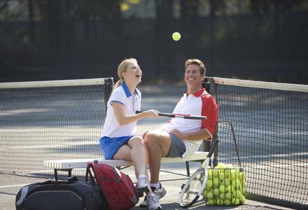 poza femeie si barbat la tenis de camp