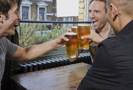 barbati la bere
