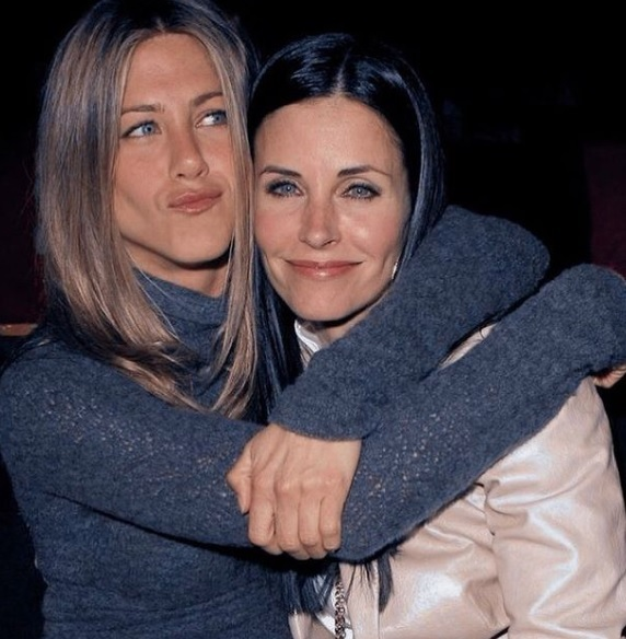 jennifer aniston si courteney cox stau imbratisate