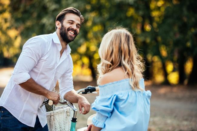 femeie care caută un bărbat care să flirteze)