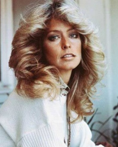 Farrah Fawcett cu par blond voluminos