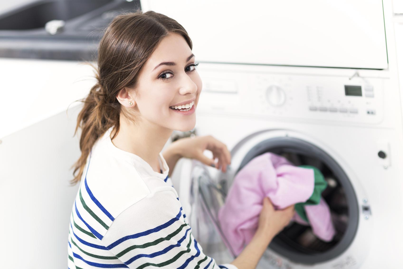 Ce se întâmplă dacă pui aspirină în maşina de spălat! Efectul este neaşteptat