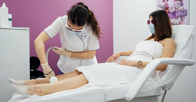femeie la salon care isi face epilare definitiva