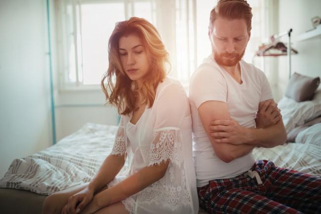 cuplu care sta pe marginea patului
