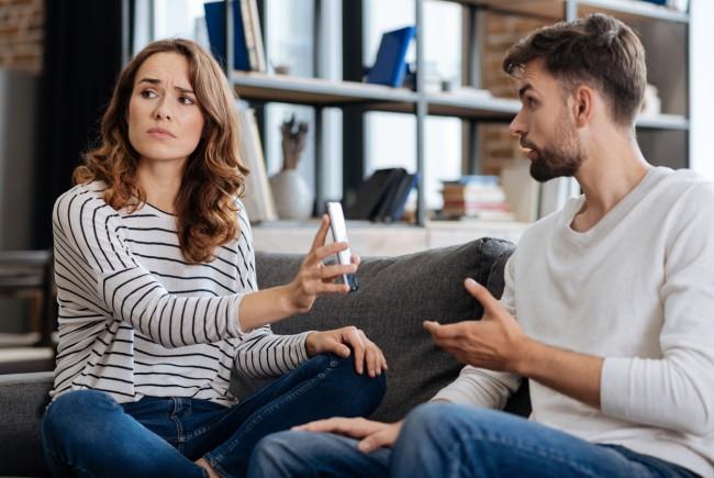 cuplu care se cearta din cauza telefonului