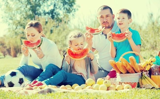 familie mananca pepene