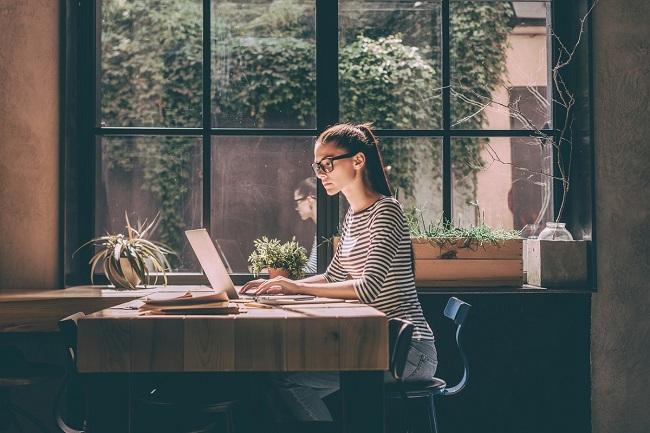 femeie care sta la birou