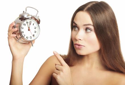 femeie ce se uita la ceas