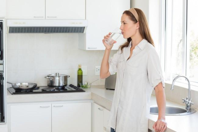 femeie care bea apa