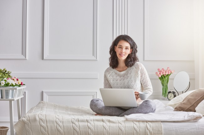 femeie care sta in pat