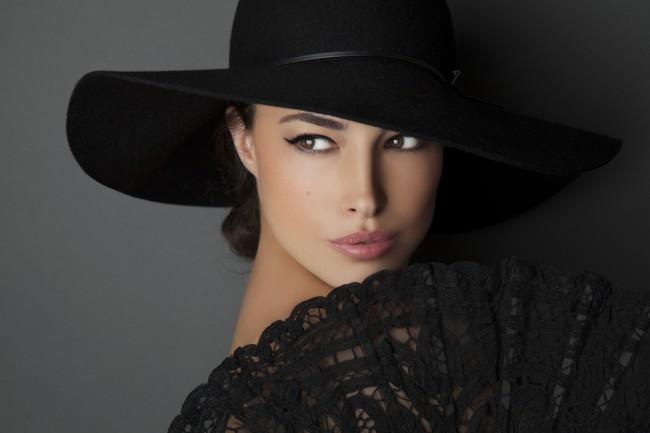 femeie eleganta cu palarie neagra si evantai