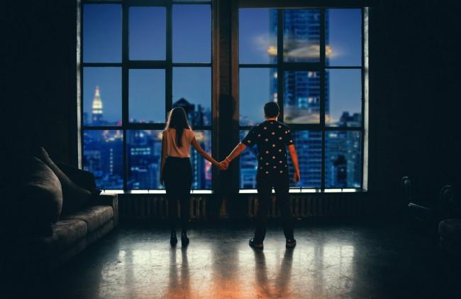 cuplu in fata geamului