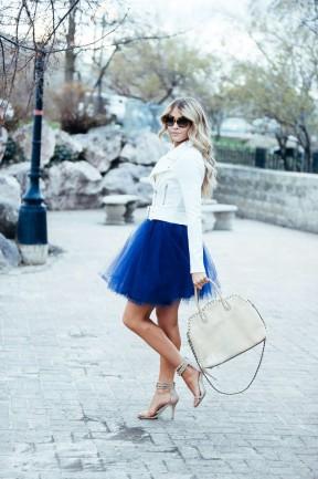 femeie cu fusta tulle albastra in clos