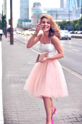 femeie cu fusta tulle roz prafuit