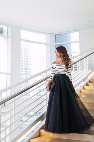femeie cu fusta tulle lunga neagra