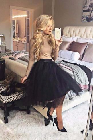 femeie cu fusta tulle neagra