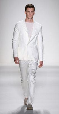 Barbat in costum alb