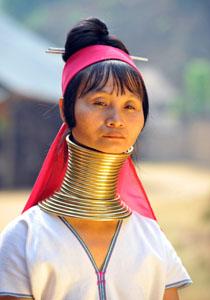 femeie cu inele pe gat