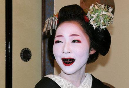 femeie japoneza cu dinti negri