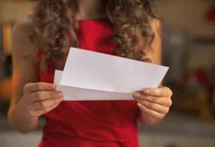 femeie citind o scrisoare