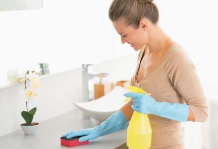 femeie facand curatenie