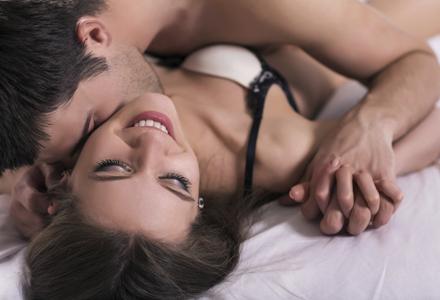 Pe culmile plăcerii: 10 lucruri care le înnebunesc pe femei în dormitor