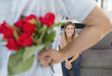 barbat cu buchet de flori