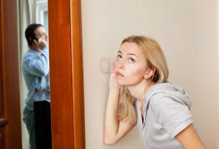 femeie care asculta la usa