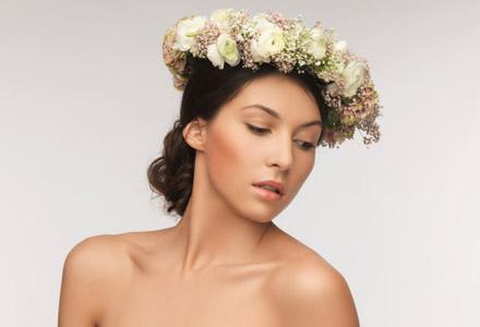 femeie cu o cununa de flori pe cap