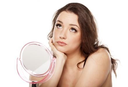 femeie in oglinda in fata