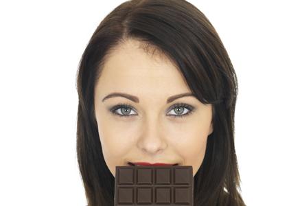 femeie mancand ciocolata neagra