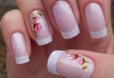 model de manichiura cu trandafiri