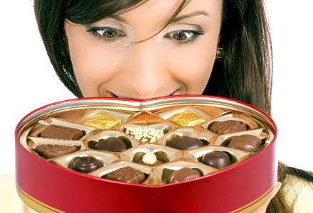 femeie poftind la bomboane