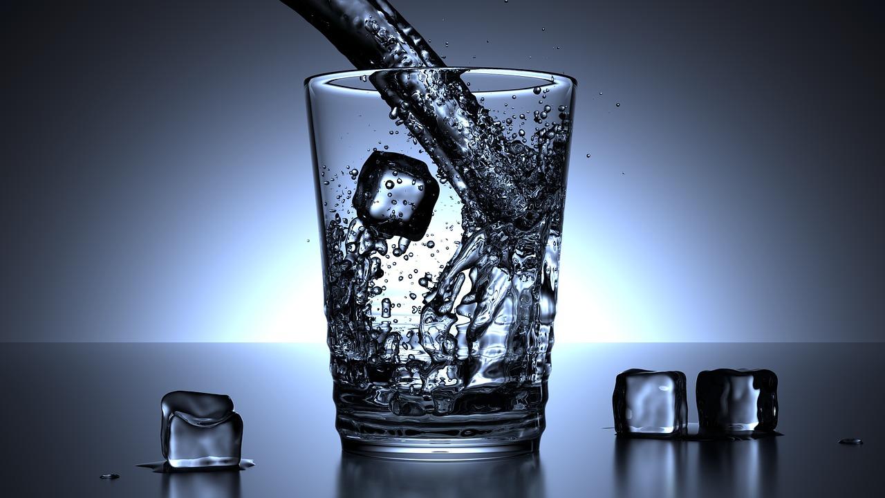 Bei apă cu gheață? Iată ce ți se poate întâmpla!