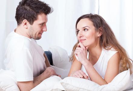 cuplu privindu-se in ochi