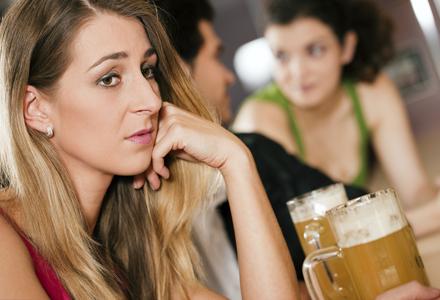 femeie singura in bar
