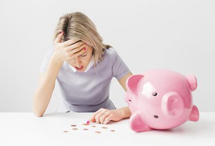 femeie cu probleme financiare
