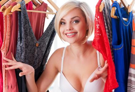 femeie in garderoba