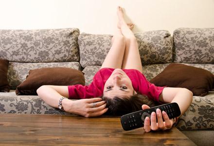 femeie plictisita la tv