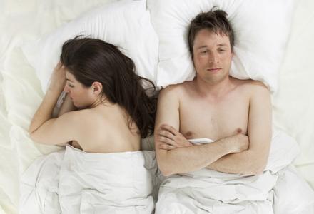 barbat nemultumit in pat