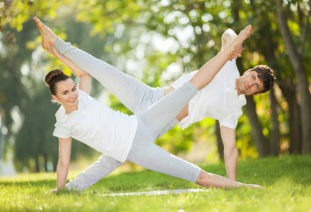 cuplu facand yoga
