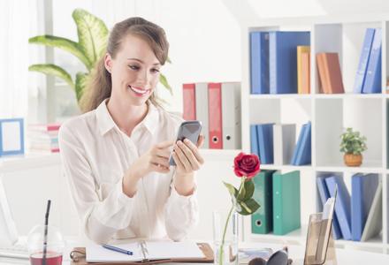femeie scriind mesaj