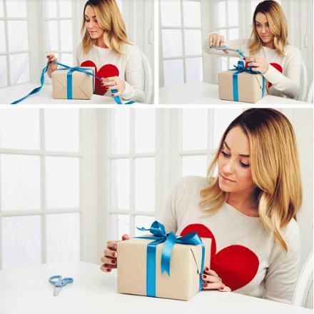 a 4-a etapa de impachetare a cadourilor