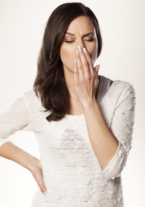femeie cu mana la gura