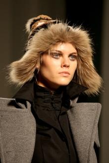 Еще недавно такой головной убор из меха, как шапка-ушанка, ассоциировался...