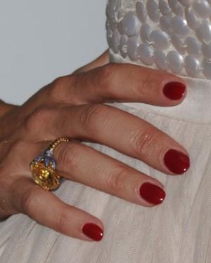 poza manichiura unghii rosii Kelly Brook