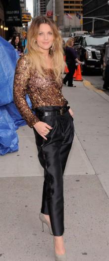 poza bluza maron si pantaloni negri Drew Barrymore