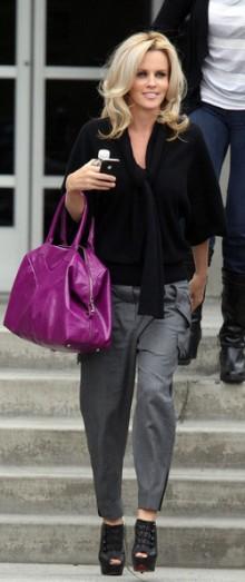 poza geanta mov si pantofi negri Jenny McCarthy