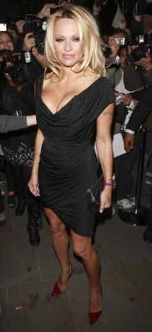 poza rochie neagra Pamela Anderson