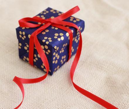 Imagini pentru poze cu daruri împachetate